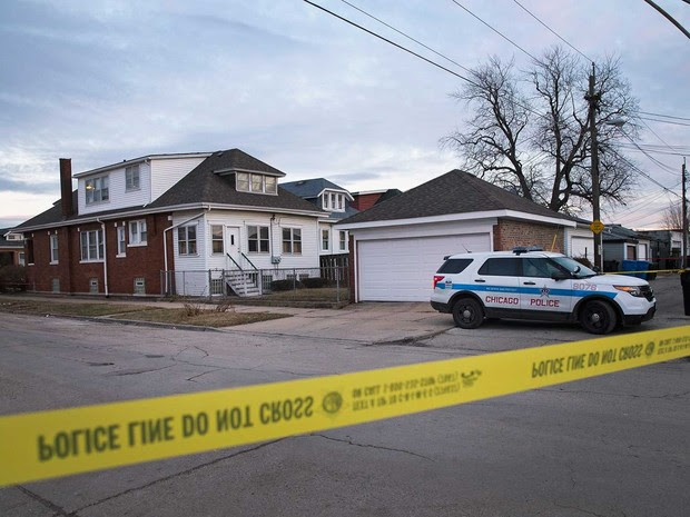 Polícia de Chicago guarda perímetro de uma casa após seis pessoas da mesma família serem encontradas mortas (Foto: Scott Olson / Getty Images / AFP)