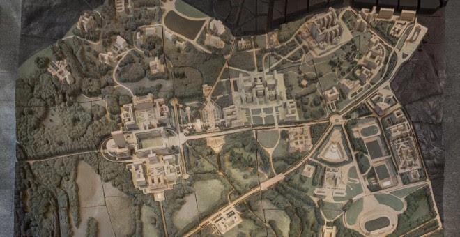En la exposición se exhibirán dos grandes maquetas. Una de ellas es especialmente emblemática: la maqueta que muestra, con unas dimensiones de 510 x 540 cm, el proyecto de la Ciudad Universitaria tal y como fue concebido en el año 1943.