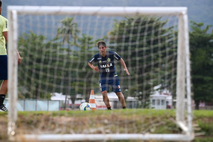 Conca trabalha diariamente nos campos do CT do Flamengo (Foto: Gilvan de Souza)