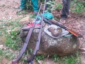 Três espingardas foram apreendidas (Foto: Divulgação/SEA-RJ)