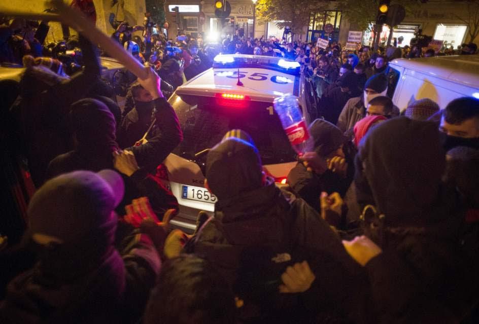 A golpes contra un coche de Policía