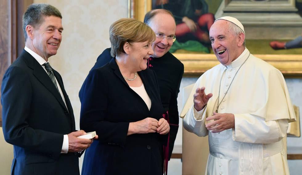 El papa Francisco ríe con la canciller alemana, Angela Merkel.