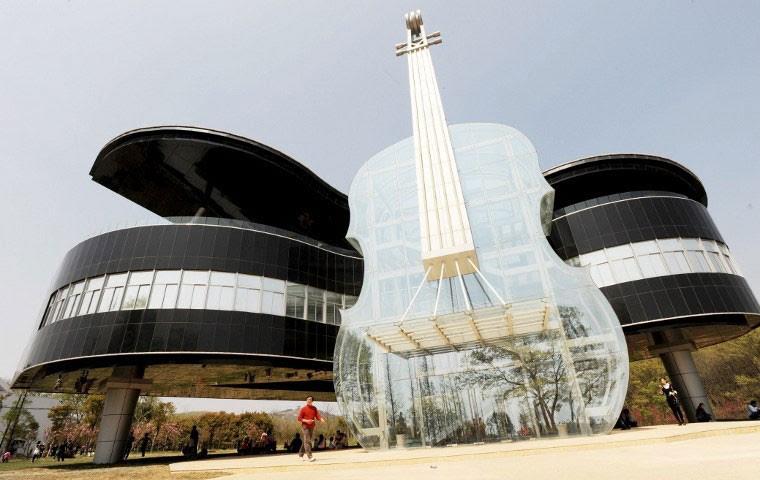 O Urban Planning Exhibition Hall, prédio em forma de piano e violino na China (Foto: STR/AFP)