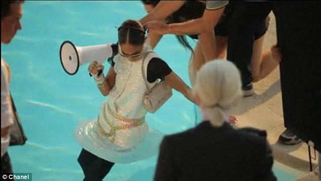 Mergulho!  Os modelos de vestidos nadou na piscina do Hôtel du Cap-Eden-Roc e remou no mar para as fotos