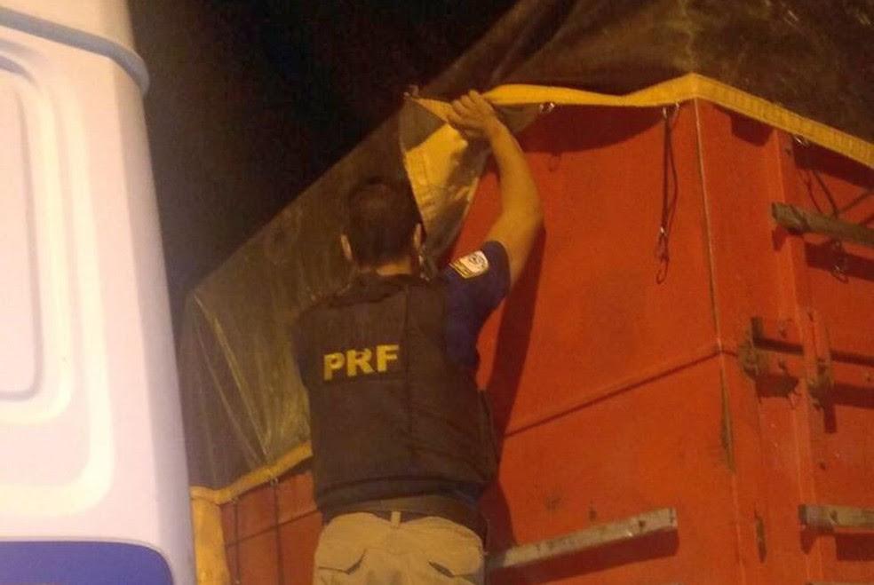 Carreta levava 25 toneladas de arroz roubado para Mossoró  (Foto: Divulgação / PRF)