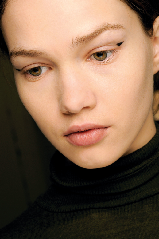 LE FASHION BLOG GRAPHIC EYES BACKSTAGE BEAUTY ERDEM ANDREW GALLIMORE TRIANGLE CORNER EYELINER 4