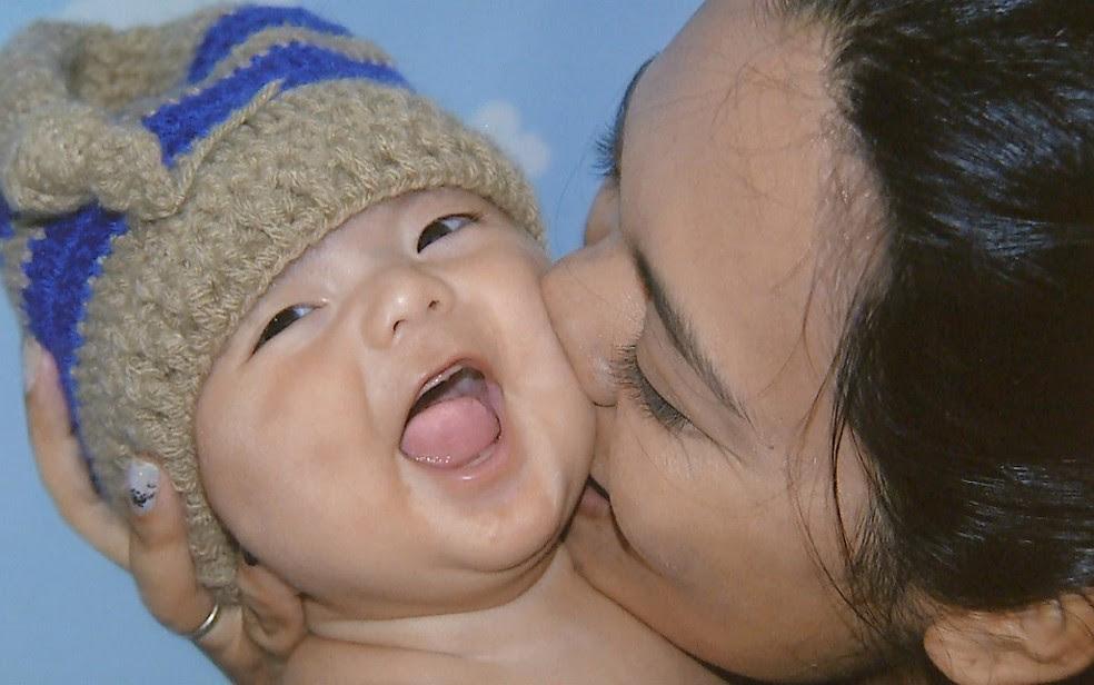 Giovani Orsini, de 3 meses, e a mãe, Sabrina Sakaue, em Ribeirão Preto (Foto: Reprodução)