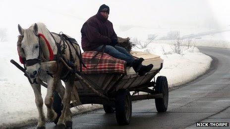 Ένας άνδρας βόλτες σε ένα άλογο και καλάθι