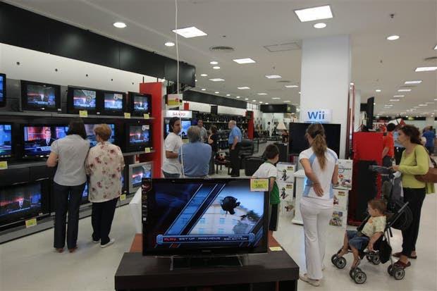 Buscan bajar los precios en televisores, aires acondicionados y celulares