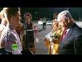 La mujer de Netanyahu llega a Ucrania y tira al piso el tradicional pan que simboliza la hospitalidad
