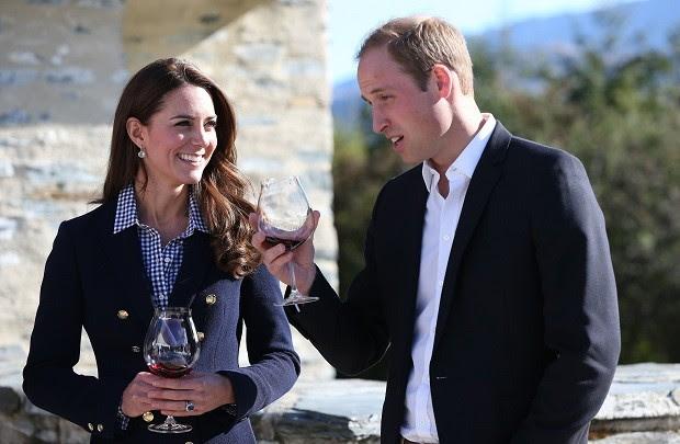 Com o blazer Zara e comprovando que também não abre mão de um fast fashion (Foto: Getty Images)