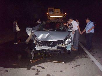 '车祸现场?车被吊上岸后'