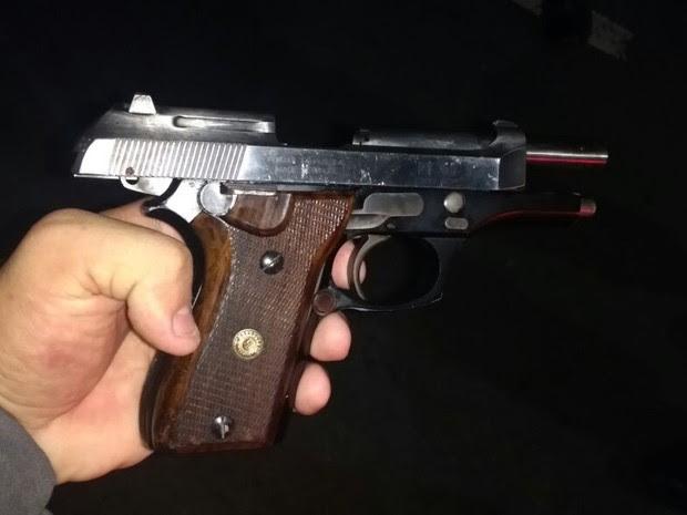 Arma apreendida com suspeito na Serra (Foto: Divulgação/ PM )