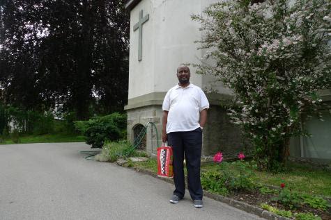 Devant la maison des Missionnaires d'Afrique, à Fribourg.