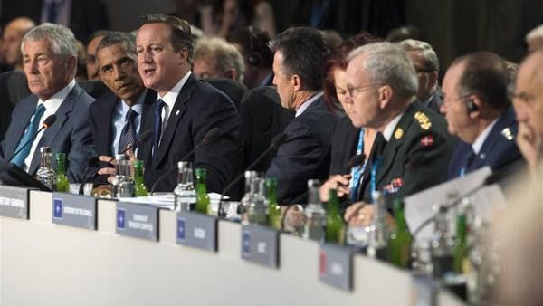 David Cameron (3ero a la izq.) habla ante la mirada de Barak Obama y el secretario de Defensa de EE.UU. Chuck Hagel, en el segundo día de cumbre de la OTAN, en Gales. (AFP)