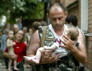 Soldado de las tropas de élite con una niña de ocho meses
