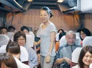 佐々木さん(中)は被災地ボランティアへ向かう週末チャーターバスを企画する