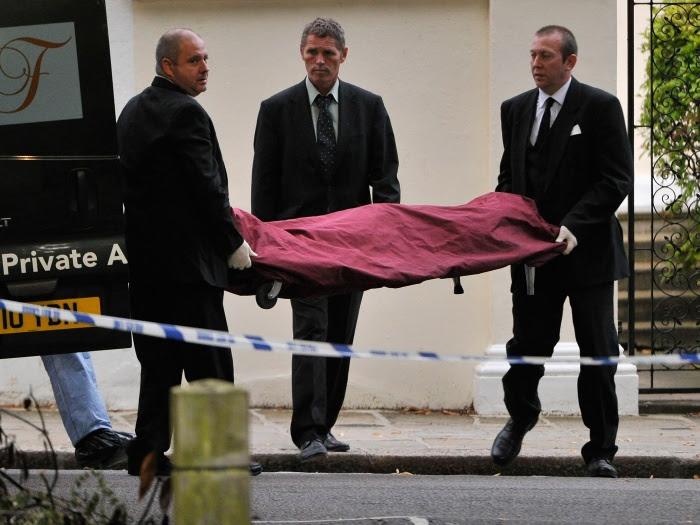 Corpo é retirado da casa da cantora inglesa Amy Winehouse na tarde deste sábado (23). Ela foi encontrada morta, aos 27 anos de idade. Saiba mais