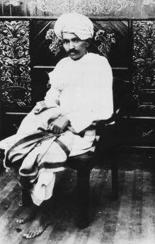 http://upload.wikimedia.org/wikipedia/commons/1/11/Gandhi_Kheda_1918.jpg