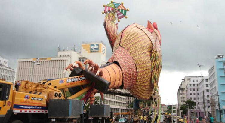 Desde sexta-feira (9), a escultura estava montada no local / Foto: Felipe Ribeiro/JC Imagem
