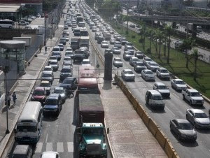 El caos en las avenidas del Distrito Nacional, que concentra el 26% del parque vehicular nacional, en esta ocasión la John F. Kennedy, ya es un tema de campaña.