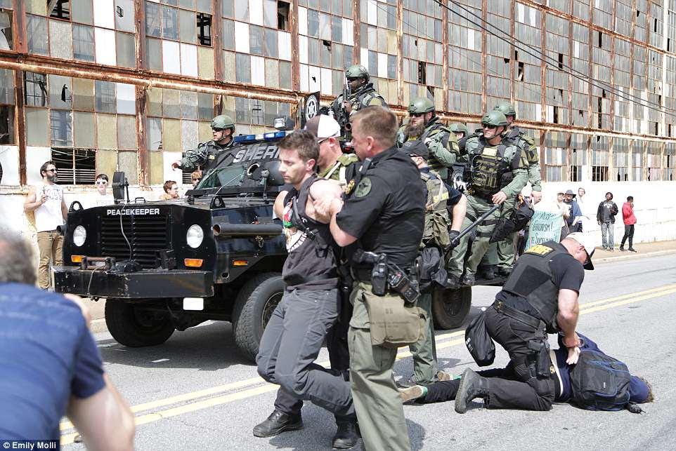Varios antifa fueron arrestados mientras la policía intentaba mantener a la multitud bajo control durante la manifestación en medio de una feroz oposición