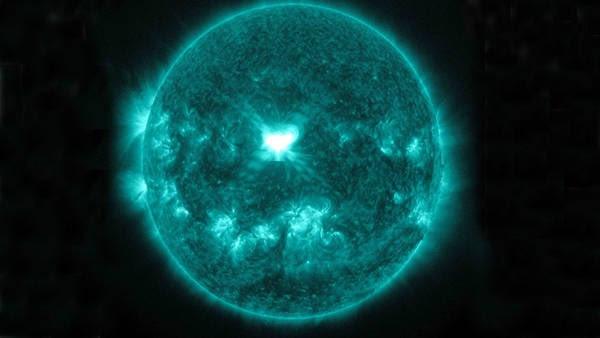 Una imagen de rayos X de las llamaradas solares en el centro del sol capturada por el Observatorio de Dinámica Solar de la NASA muestra la luz en la longitud de onda de 131 Angstrom, que suele ser coloreada en verde azulado.