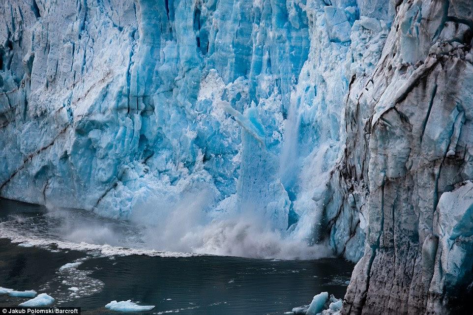 Un grand morceau de glace à partir du bord de la glacier Perito Moreno tombe dans l'eau et fait une vague