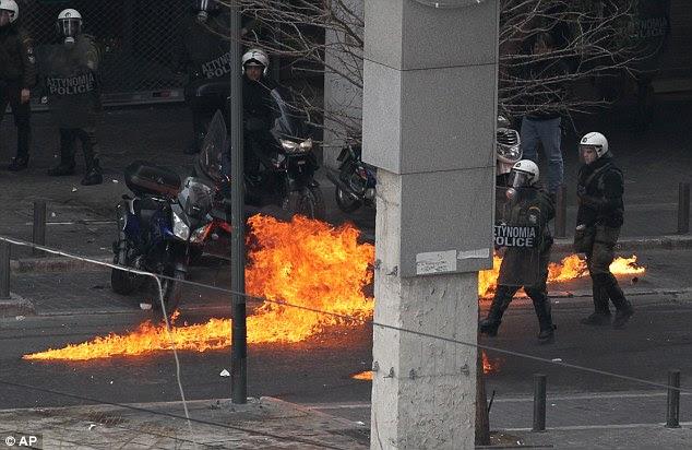 Χαράζοντας το δικό: βόμβες εκρήγνυνται έξω Βενζίνη το υπουργείο Οικονομικών στην Αθήνα
