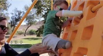 Μητέρα βοηθάει παιδί με κινητικά προβλήματα