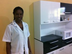 Lourdes mostra a cozinha do apartamento onde mora (Foto: Caetanno Freitas/G1)