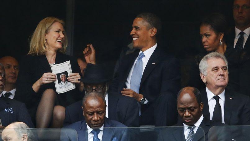Revenu à sa place, Barack Obama échange quelques plaisanteries avec la premier ministre danoise. Le visage sombre de Michelle Obama sur cette photo a suscité de nombreux commentaires de la presse people. ««Elle n'était ni figée, ni contrariée, assure un photographe de l'AFP qui assistait à la scène. Cet air sérieux n'est que le pur fruit du hasard».