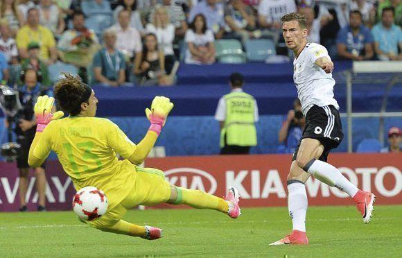 Goretzka, autor de dos goles, bate al portero mexicano Guillermo Ochoa. Foto: EFE.