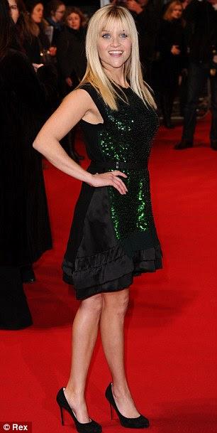 Brilhando: Reese juntou o vestido com um par de saltos pretos e deixou o cabelo loiro de poker em linha reta