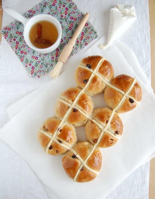 Apple and cinnamon hot cross buns / Pãezinhos hot cross de maçã e canela
