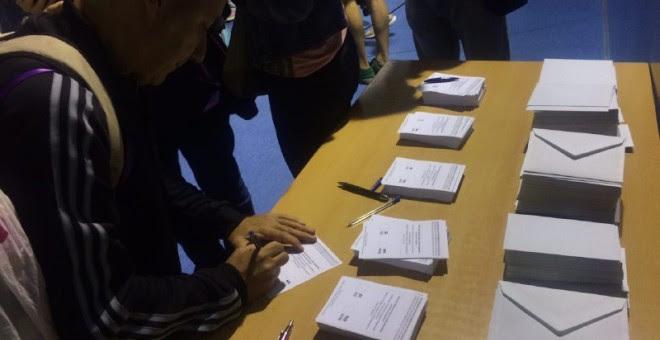 Empiezan las votación en el colegio Fructuós Gelabert de Barcelona./ JAIRO VARGAS