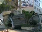 Carro capota e invade casa em Bangu (Reprodução/Tv Globo)