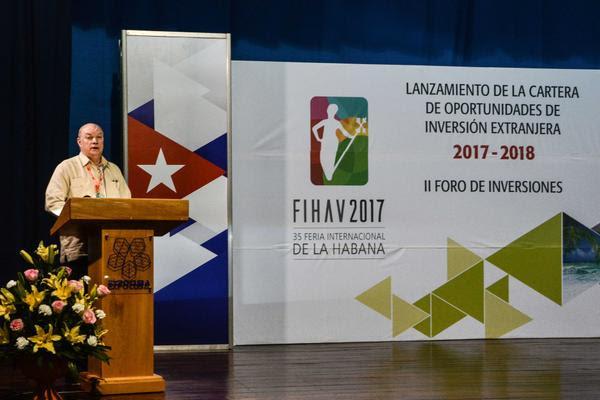 Rodrigo Malmierca (I), ministro de Comercio Exterior y la Inversión Extranjera, interviene en el lanzamiento de la Cartera de Oportunidades de Inversión Extranjera 2017-2018, en la 35 Feria Internacional de La Habana, en el recinto ferial Expocuba, el 31 de octubre de 2017. ACN FOTO/Marcelino VÁZQUEZ HERNÁNDEZ