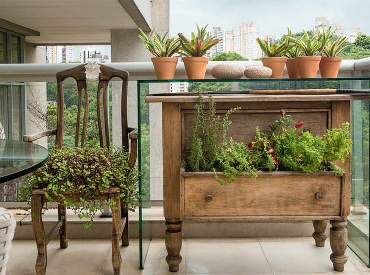 Ein Balkon mit Rattan Möbeln