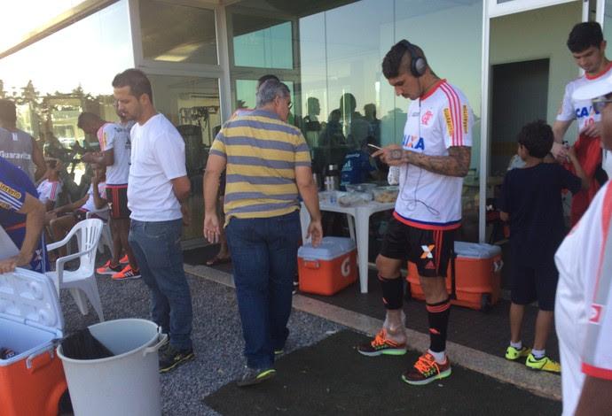Guerrero com gelo no tornozelo direito após o treino: só precaução (Foto: Ivan Raupp)