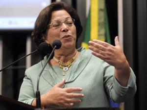 A ministra das Relações Institucionais, Ideli Salvatti, em discurso de homenagem aos 90 anos do PC do B, no Senado (Foto: Moreira Mariz/Agência Senado)