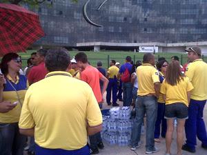 Funcionários dos Correios se concentram em frente ao TST (Foto: Débora Santos/G1)