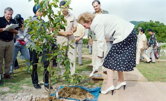 Thatcher cũng trình diễn.