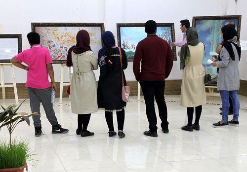 图3-8:伊朗学员们面对面的向民众讲解画展内容,传播法轮功真相