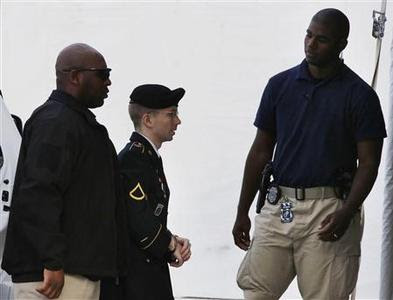 U.S. soldier Bradley Manning (C) arrives to receive his sentence at Fort Meade in Maryland, August 21, 2013. REUTERS-Larry Downing