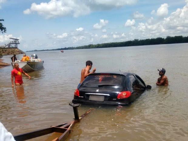 Veículo foi parar dentro do Rio Paraná, em Marilena, após motorista perder controle da direção neste sábado (14) (Foto: Corpo de Bombeiros/Divulgação)
