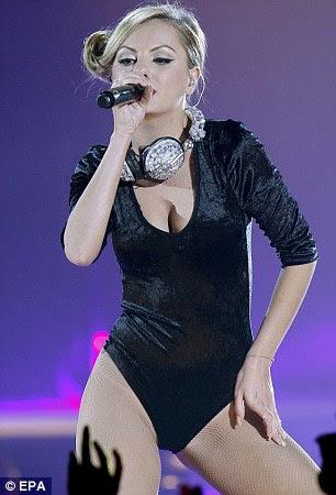 Baring carne: Romeno cantora Alexandra Stan escolheu um look sexy para ambos chegada dela e desempenho