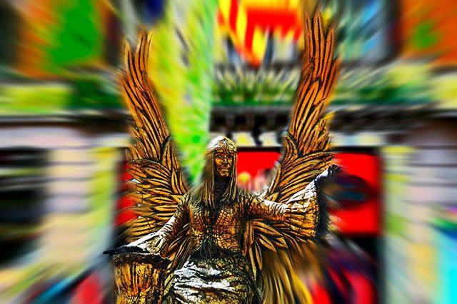 Angel human statue in Las Ramblas de Barcelona [enlarge]