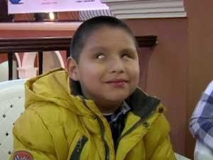 José Antonio Montano Baina é cego, tem apenas 7 anos de idade e toca piano (Foto: BBC)