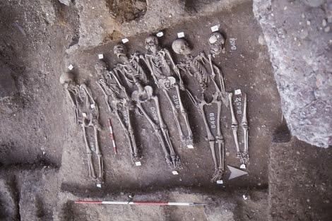 Esqueletos exhumados en el cementerio de Smithfield, en Londres. Nature